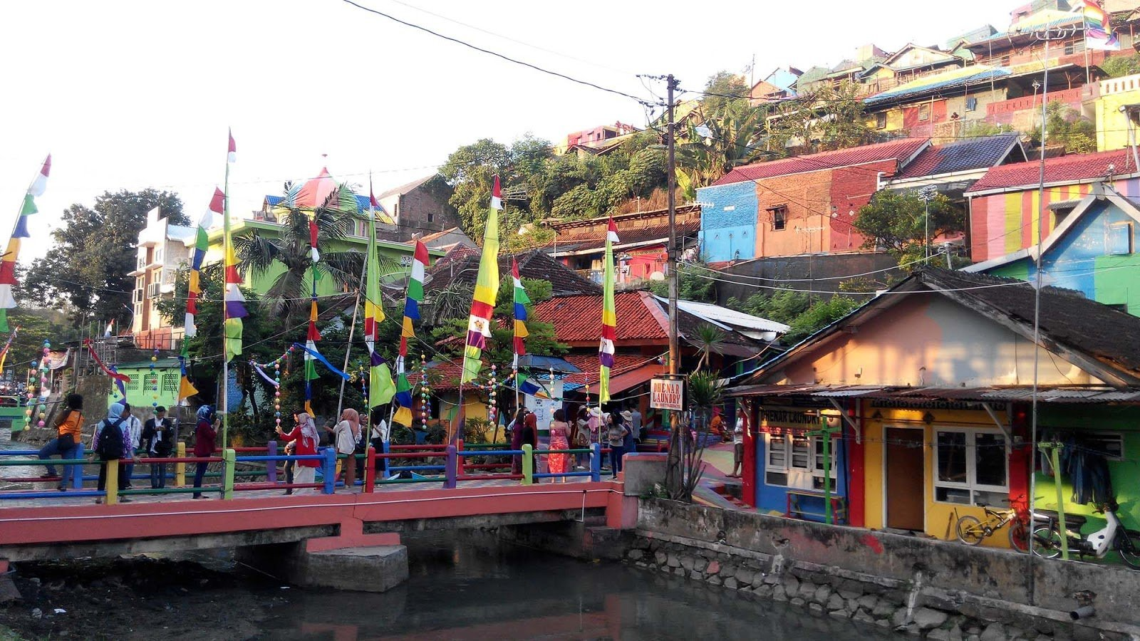 Tourists now flock to Kampung Pelangi. The rainbow village project has been so successful that another 390 village houses have been ear-marked for a rainbow paint job. (Photo: direktorjateng)