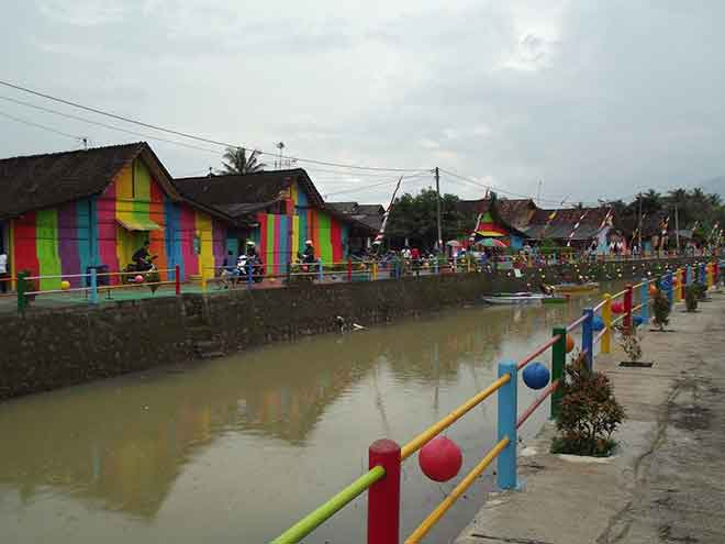 A lick of paint and this Indonesian rainbow village has transformed it's fortunes. (Photo: basabasi.co)