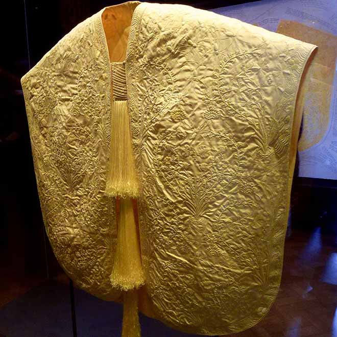 The golden cape made from Madagascar Golden Orb spider silk exhibited at London's Victoria and Albert Museum in June 2012. (Photo: Wikimedia/Cmglee)