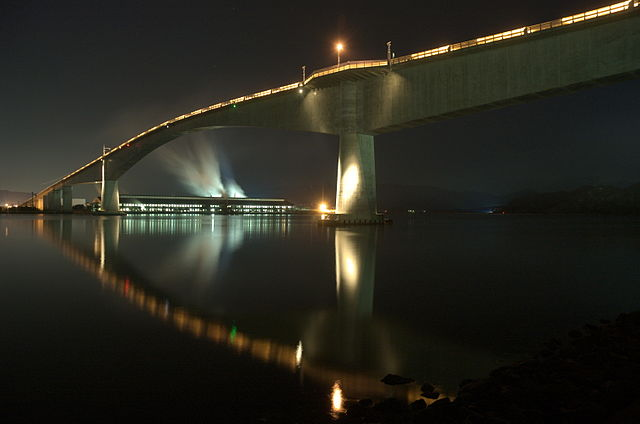 A side view of the A side view of the Eshima Ohashi Bridge at night shows the gradient of the bridge is less severe than some internet photos have depicted. (Wikimedia Commons/mstk east)