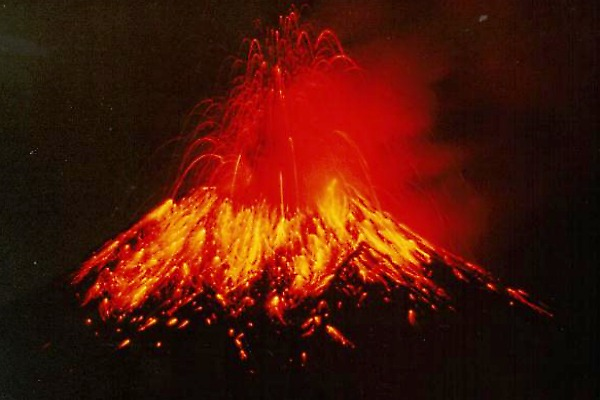 """Tungurahua means """"Throat of Fire"""" in Quichua. The volcano is active with the last major eruption commencing 1 February 2014. (Wikimedia/Alcinoe Calahorrano)"""