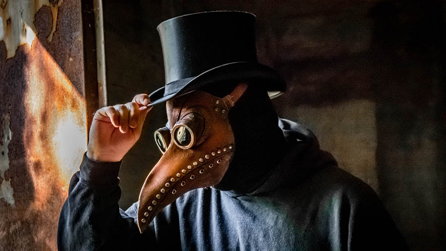 Cosplay of a 17th century plague doctor's outfit with bird-like mask. (Photo: Unsplash/Kuma Kum)