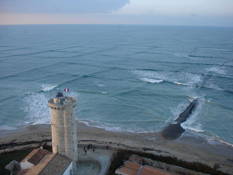 A cross sea or square waves in the ocean seen from Phares des Baleines (Lighthouse of the Whales) on Île de Ré. (Photo: Wikimedia/Michel Griffon)