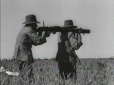 Australian soldiers operating a Lewis gun during the Australian Emu War (Photo: Wikimedia/Wazee Digital)