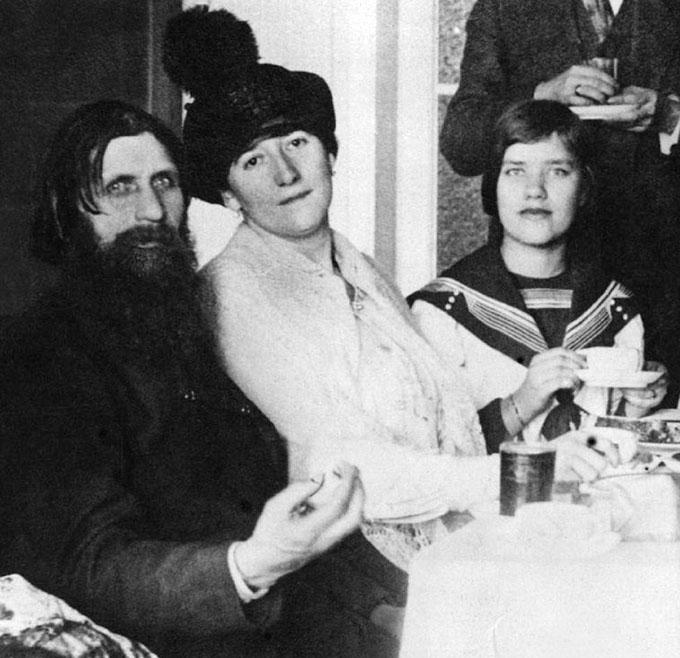 Maria Rasputin with her father Grigori and mother Praskovya in their St. Petersburg apartment in 1911. (Photo: Wikimedia/Unknown source)