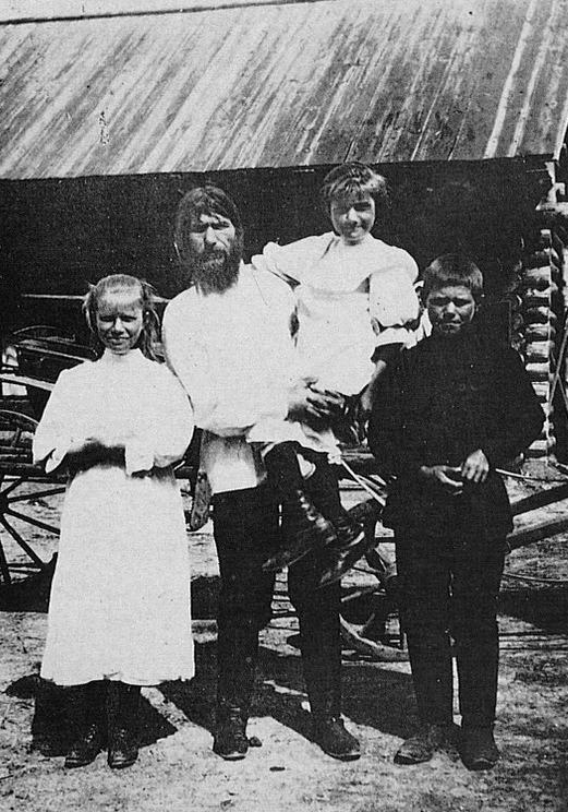 Maria Rasputin (left) with her father Grigori Rasputin and siblings: Varvara and Dimitri. (Photo: Wikimedia/Source Unknown)