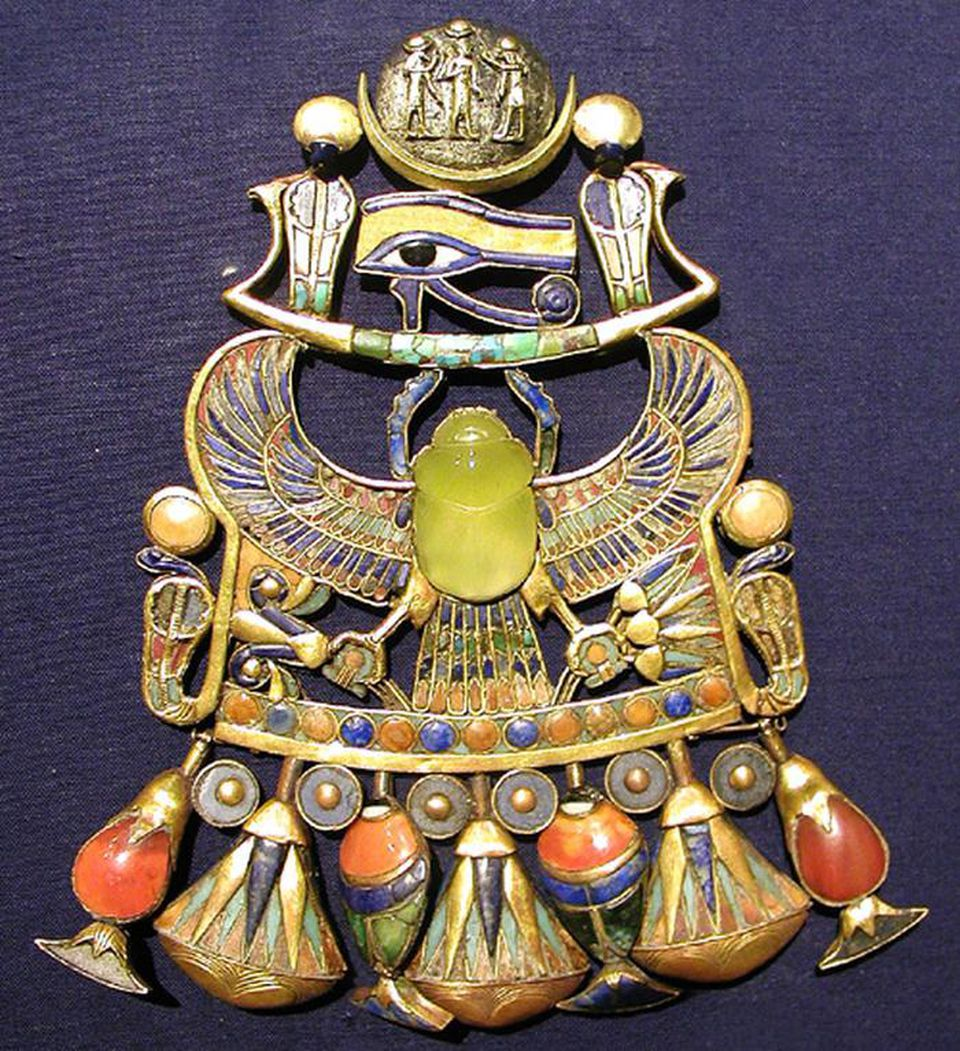 Tutankhamun's Wadjet pendant breastplate features a scarab carved from Libyan Desert Glass. (Photo: Wikipedia/J Bodsworth)