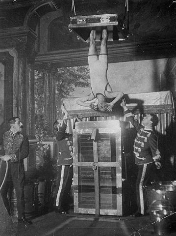 Houdini performing the Chinese Water Torture Cell (Photo:Wikimedia)