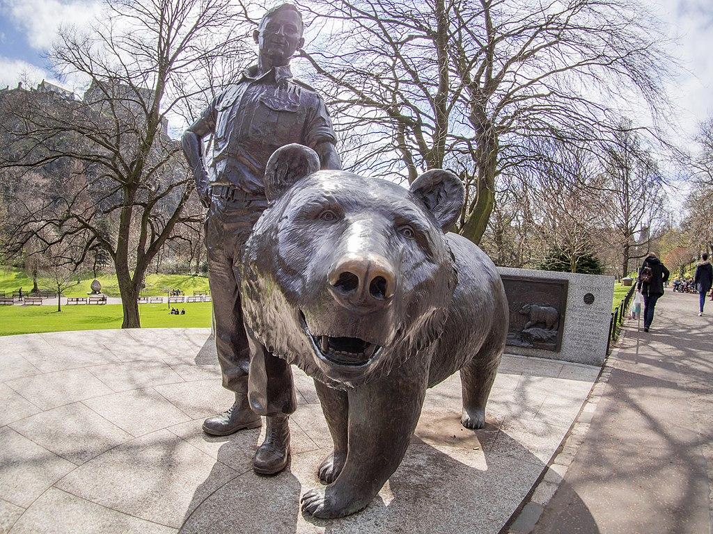 A statue of Wojtek the Bear in Princes Street Gardens, Edinburgh, Scotland. (Photo: Wikimedia/Taras Young)